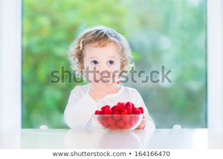 Giovane ragazza mangiare lamponi giardino ragazza alimentare Foto d'archivio © HighwayStarz