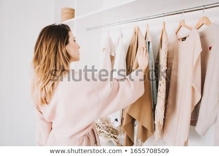 femme · rack · jeunes · heureux · permanent · manteau - photo stock © AndreyPopov