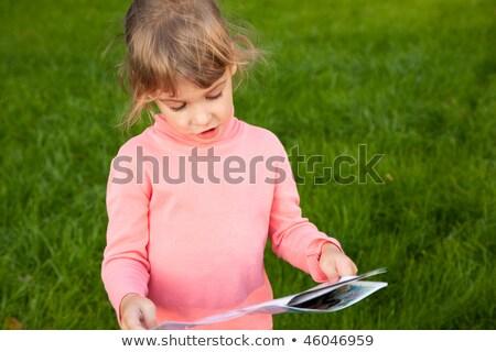 Ragazza erba verde campo libro racconto Foto d'archivio © Paha_L