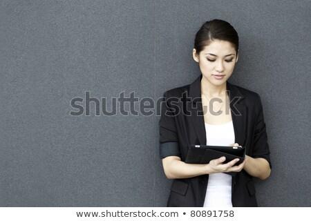 paisible · femme · écouter · musique · étage · maison - photo stock © wavebreak_media