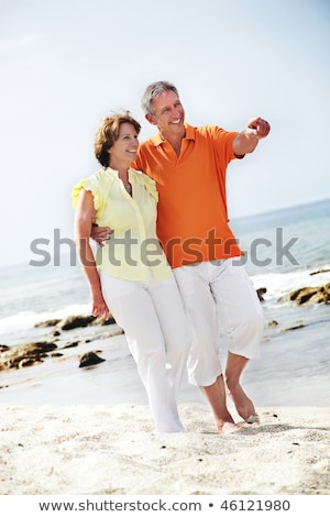 Hermosa pareja madura caminando por la playa Foto stock © HannaMonika