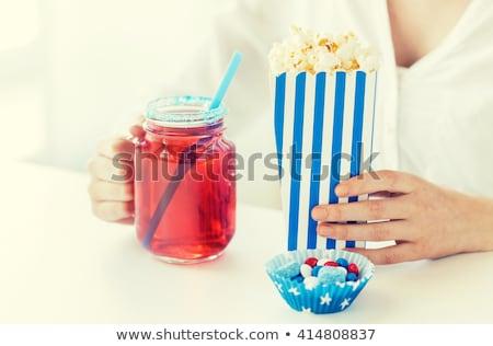 Vrouw eten popcorn drinken glas metselaar Stockfoto © dolgachov