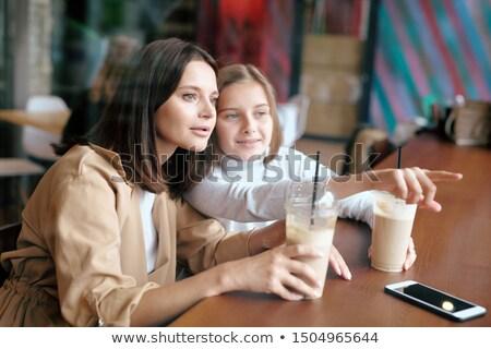 Jeugdig meisje tonen moeder iets nieuwsgierig Stockfoto © pressmaster