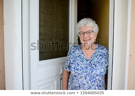 Kobieta otwarcie przednie drzwi domu bezpieczeństwa kobiet Zdjęcia stock © IS2