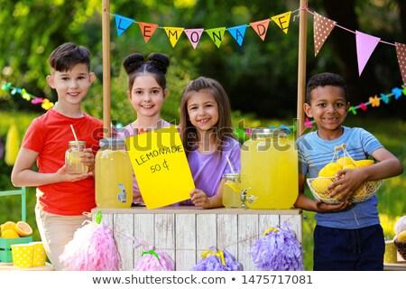 gyerekek · elad · limonádé · áll · ház · mosoly - stock fotó © rastudio
