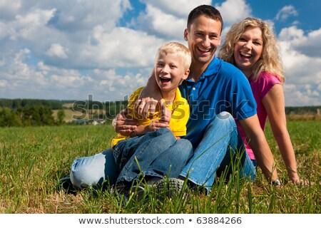 famille · quatre · s'asseoir · nuages · herbe · main - photo stock © paha_l
