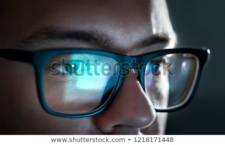 Közelkép fókuszált férfi szemüveg néz képernyő Stock fotó © deandrobot