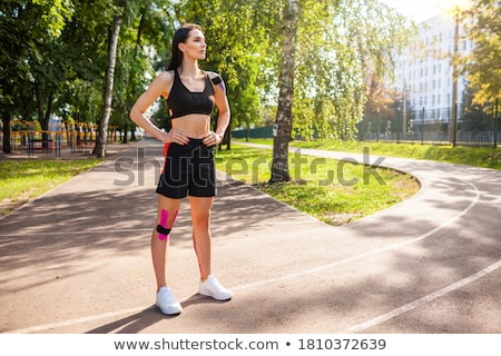 Gespierd jonge vrouw atleet zwarte permanente meisje Stockfoto © master1305