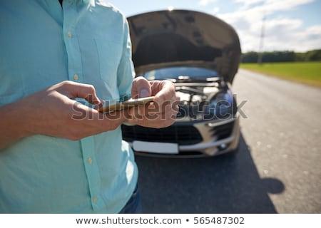 Man smartphone kapotte auto platteland weg reis Stockfoto © dolgachov
