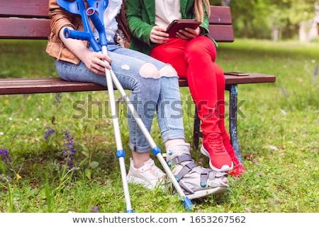 женщину время друга сломанной ногой сидят скамейке Сток-фото © Kzenon