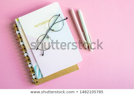 Rose table ordinateurs portables lunettes deux Photo stock © pressmaster