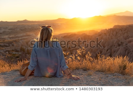 Nő néz naplemente hegy völgy rusztikus Stock fotó © lovleah