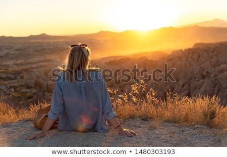 Mulher assistindo pôr do sol montanha vale rústico Foto stock © lovleah