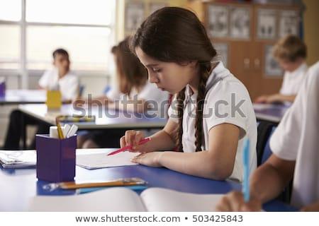 Vista lateral caucasiano aluna leitura livro sala de aula Foto stock © wavebreak_media