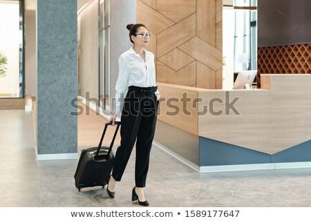 молодые азиатских деловая женщина чемодан ждет Сток-фото © pressmaster