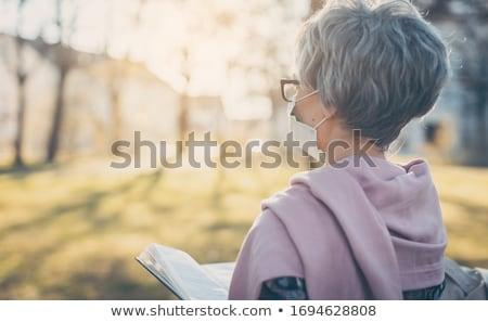 Altos dama cara máscara lectura Biblia Foto stock © Kzenon