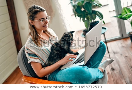 Сток-фото: счастливым · кошки · портативного · компьютера · Постоянный · ноутбука · компьютер