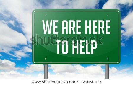 Aqui ajudar rodovia poste de sinalização estrada fundo Foto stock © tashatuvango
