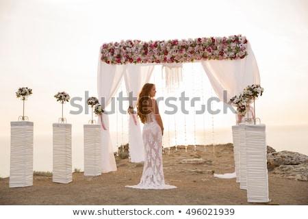 Foto d'archivio: Wedding Ceremony Brunette Bride Under Wreath Arch With Flower A