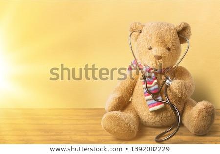 Kinderarzt Arzt halten Teddybär lächelnd heiter Stock foto © RAStudio