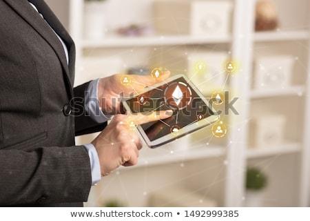 Business woman tabletka bitcoin link sieci online Zdjęcia stock © ra2studio