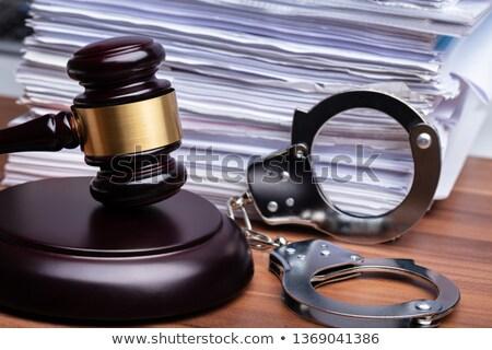 juiz · gabela · algemas · mesa · de · madeira · livro · cadeia - foto stock © andreypopov