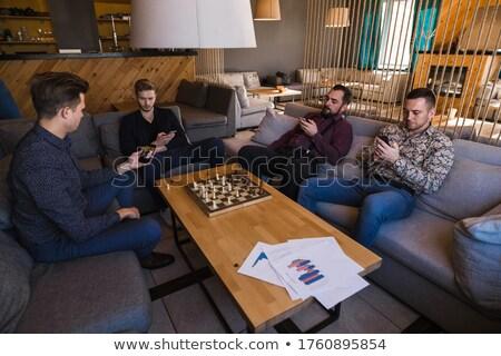 Foto stock: Pessoas · de · negócios · jogar · xadrez · homem · telefone · mulher