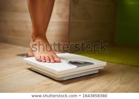 женщину полотенце Весы изолированный белый тело Сток-фото © RTimages
