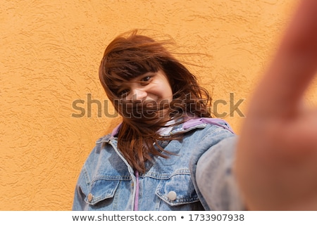 Blond cheveux longs fille jeans short photo Photo stock © lunamarina