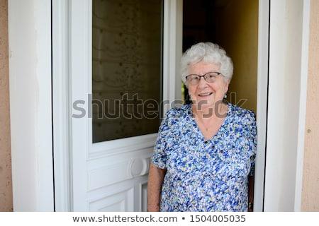 Mujer apertura puerta principal seguridad protección sorpresa Foto stock © IS2