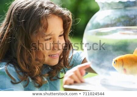Fille Goldfish bol amusement regarder extérieur Photo stock © IS2