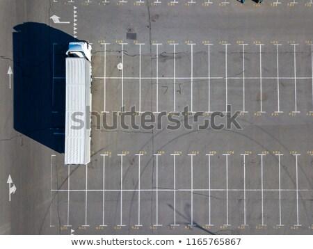 Parkeerplaats parkeren lang vrachtwagen schaduw antenne Stockfoto © artjazz