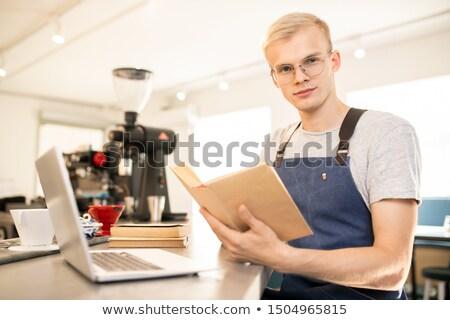 Genç ciddi barista okuma edebiyat Stok fotoğraf © pressmaster