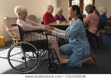 側面図 幸せ 女性 医師 手をつない 話し ストックフォト © wavebreak_media