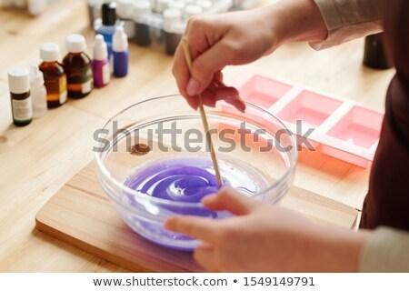 Handen creatieve meisje lavendel kleur vloeibare Stockfoto © pressmaster