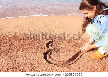 Mão desenho coração areia criador menina Foto stock © bigandt