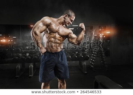 sin · camisa · muscular · hombre · gimnasio · primer · plano - foto stock © wavebreak_media