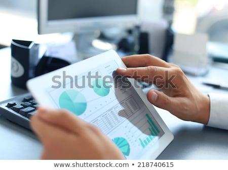 Cyfrowe tabletka wykres finansów sprawozdanie ekranu Zdjęcia stock © Customdesigner