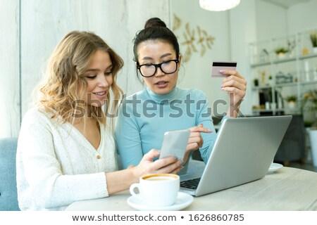 mulher · jovem · computador · portátil · bebidas · café · de · manhã · cedo - foto stock © bartekwardziak