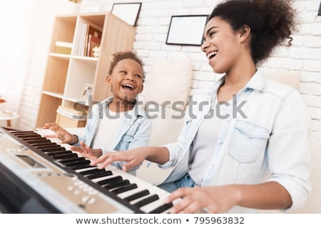 Anne kız oynama piyano ev Stok fotoğraf © wavebreak_media