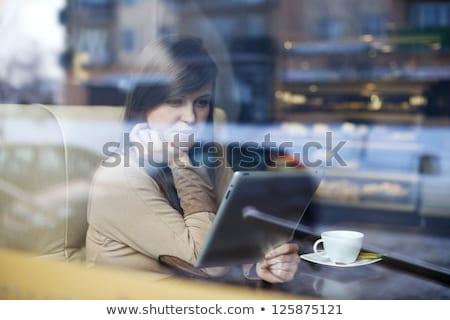 現代の 若い女性 読む タブレット コーヒーショップ 小さな ストックフォト © Kzenon