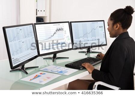 Foto stock: Jovem · negócio · analista · olhando · tela · do · computador · secretária