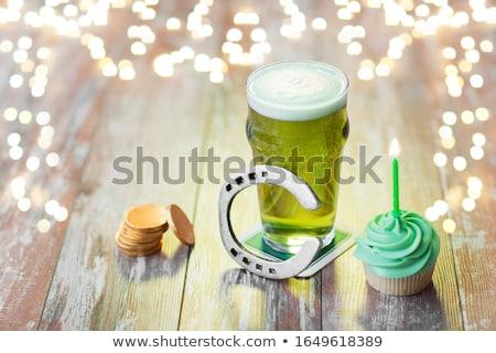 Glas bier hoefijzer groene munten Stockfoto © dolgachov