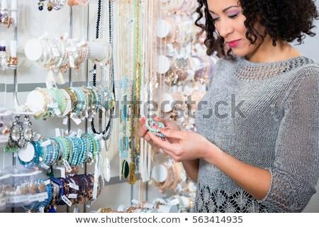 genç · kadın · takı · depolamak · bakıyor · kadın · moda - stok fotoğraf © kzenon