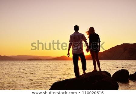 Paar kijken zee permanente rock strand Stockfoto © chesterf