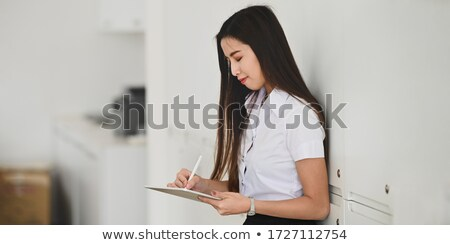 женщины студент цифровой таблетка раздевалка колледжей Сток-фото © wavebreak_media