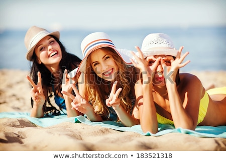 Grupo mujeres tomar el sol playa verano Foto stock © dolgachov