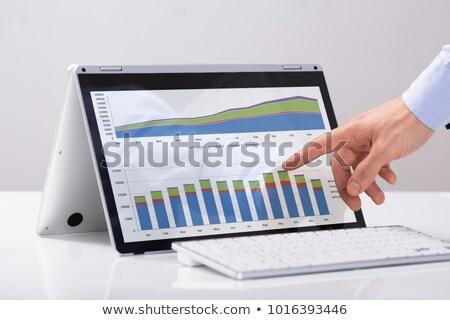 vrouw · wijzend · vinger · laptop · scherm · glimlachend - stockfoto © andreypopov