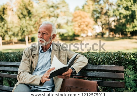 Starszy człowiek czytania książek salon Zdjęcia stock © erierika