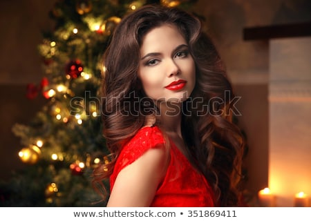 Foto stock: Elegante · senhora · vestido · vermelho · árvore · de · natal · luzes · velas